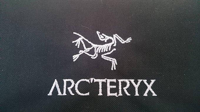 ARC'TERYX Blade20の始祖鳥ロゴは白。
