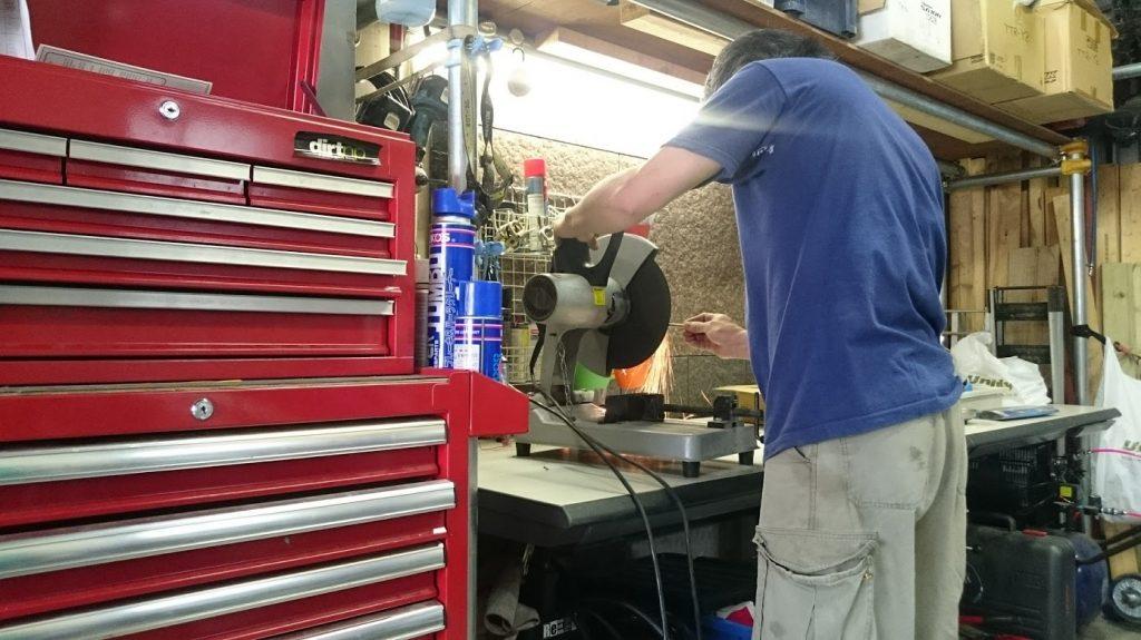 Honda純正部品の荷掛フック装着のために、特殊工具を作り始める友人。