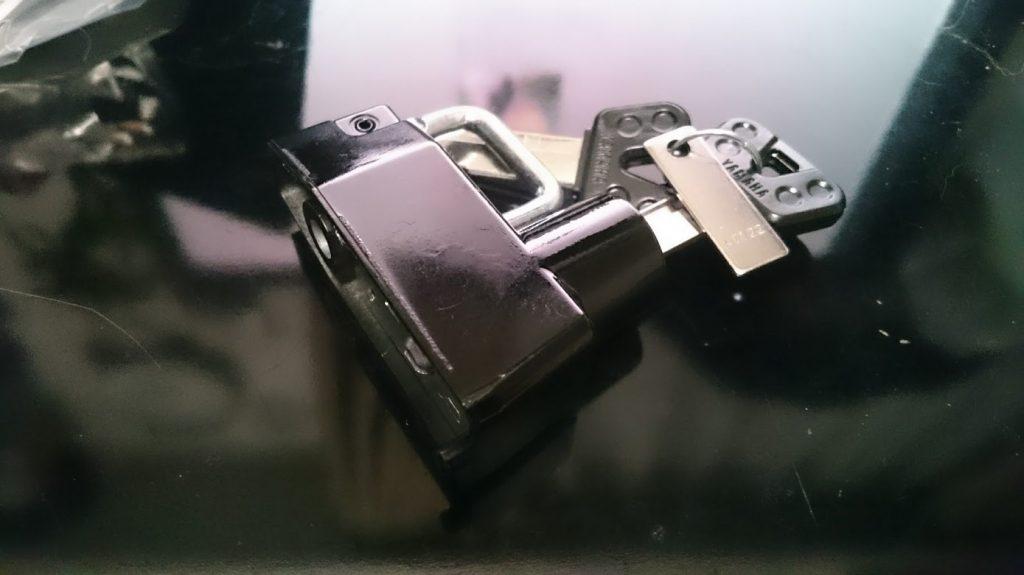純正部品のメットホルダーは最初この状態。
