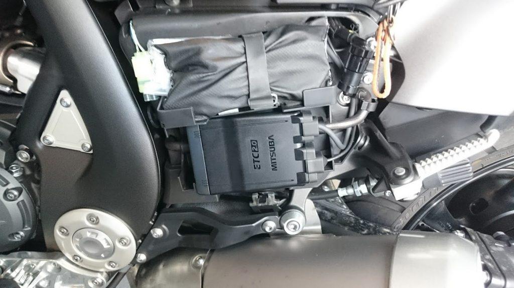 ETCの本体は鍵のかかる左サイドカバー、工具入れの下へ。