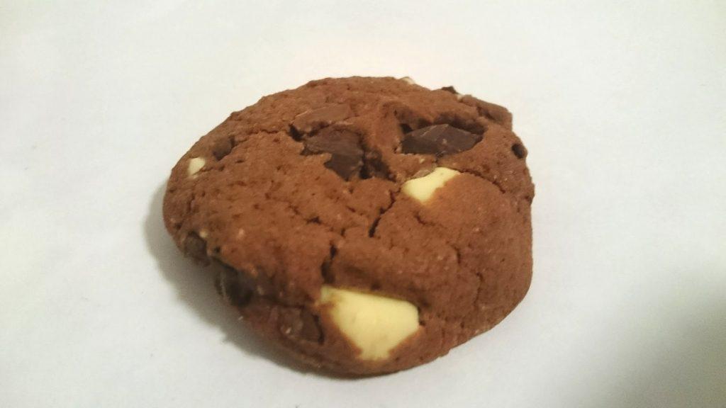 メルバの「ソフトマフィンクッキートリプルチョコレート」の中身はこんな感じ。チョコがゴロゴロ。
