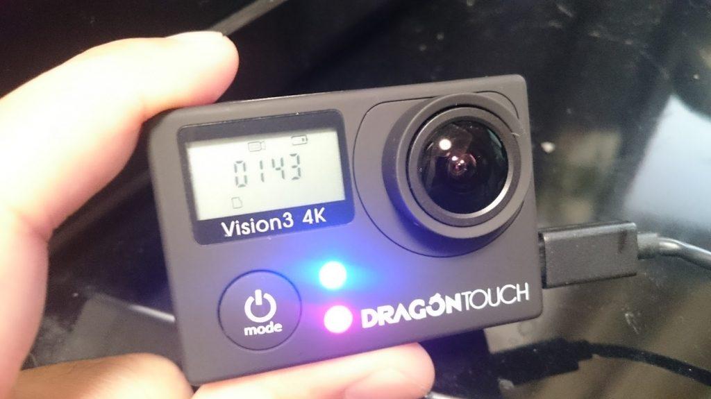 Dragon Touch Vison3 4Kの充電中は、赤いLEDが点滅します。