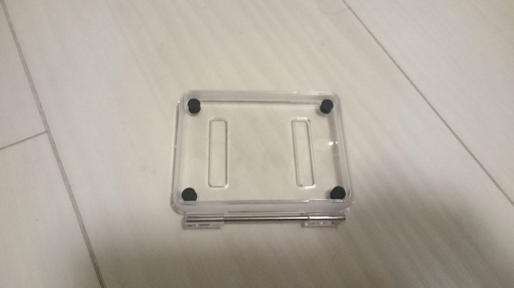 Dragon Touch Vision3 4Kに付属している、穴のあいた防水ケース用のふた。。