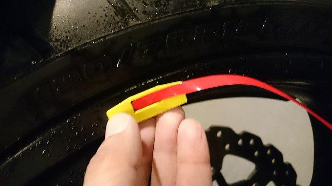MDF「リムストライプテープ専用貼付ゲージ」を使えば簡単。