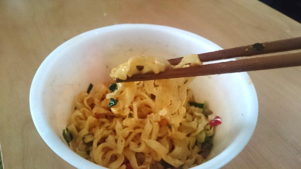 カルディオリジナル 花椒香る汁なし担担麺の完成写真。