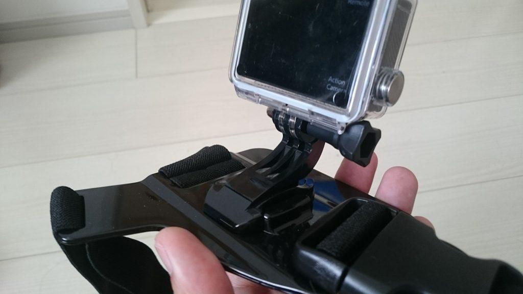 チェストマウントタイプのショルダーストラップへのカメラセットはワンタッチ。