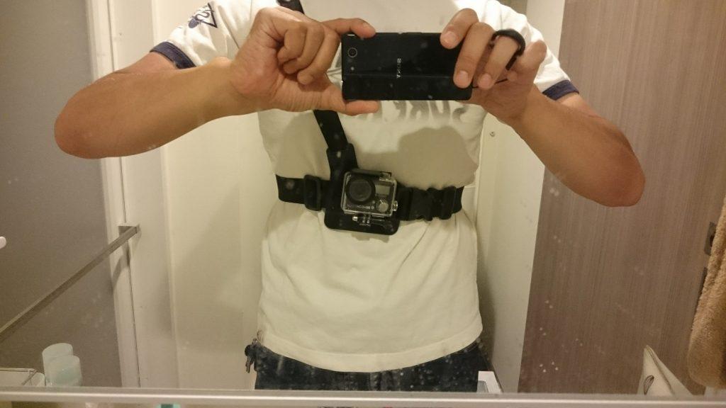チェストマウントタイプのショルダーストラップを装着してみるとこんな感じ。