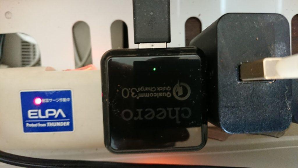 cheero Quick Charge 3.0 USB ACアダプタ CHE-315-BKの充電中は小さな緑のランプが付く。