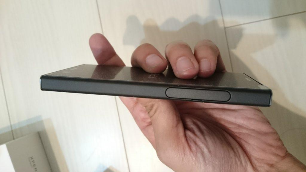 Xperia XZ1 compactの左側面。simカードとSDカードを入れるスロット。