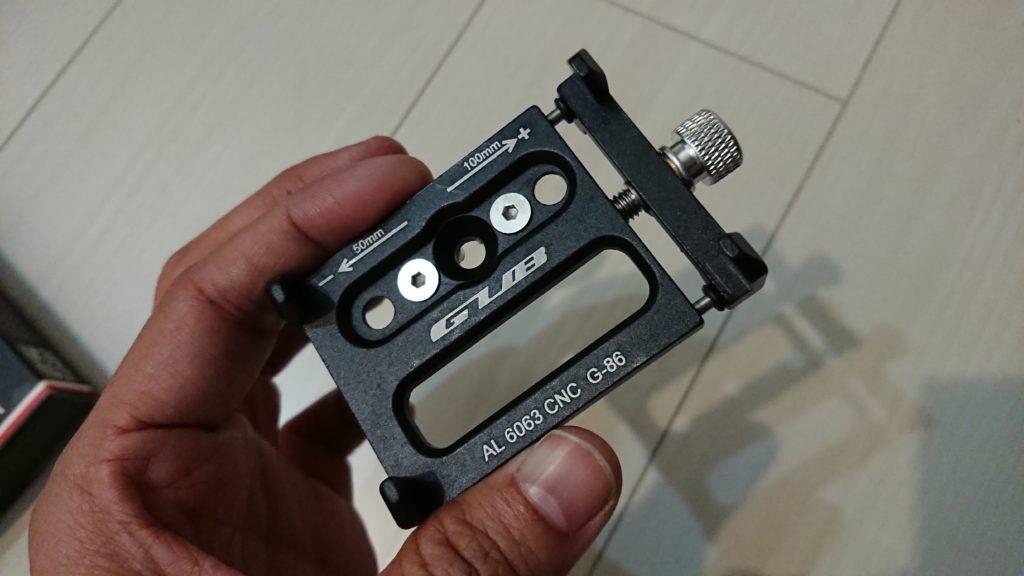 Docooler 自転車電話ホルダーの本体は、右のネジで幅を調整可能。
