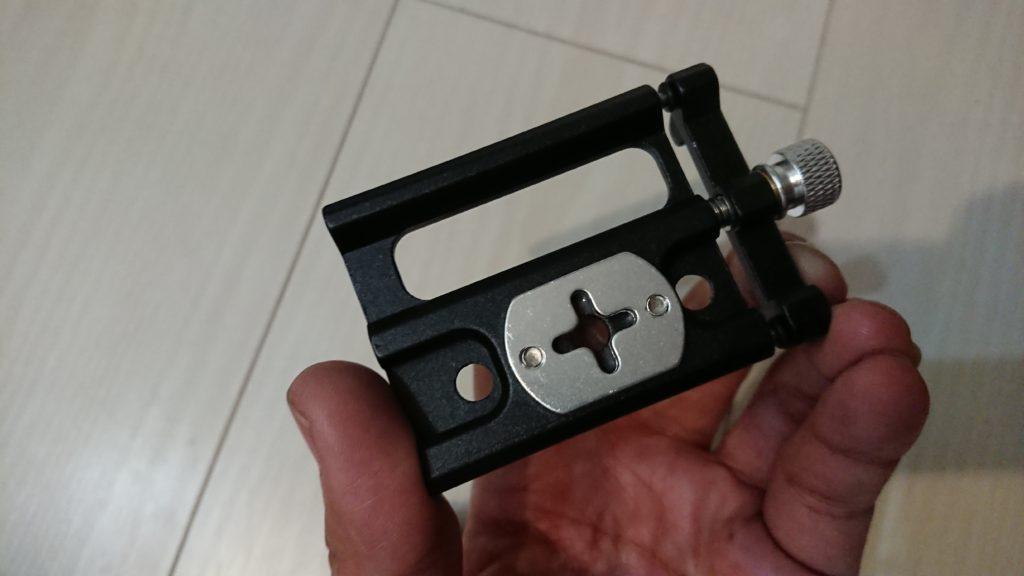Docooler 自転車電話ホルダーの裏面には十字の切欠きプレートが。