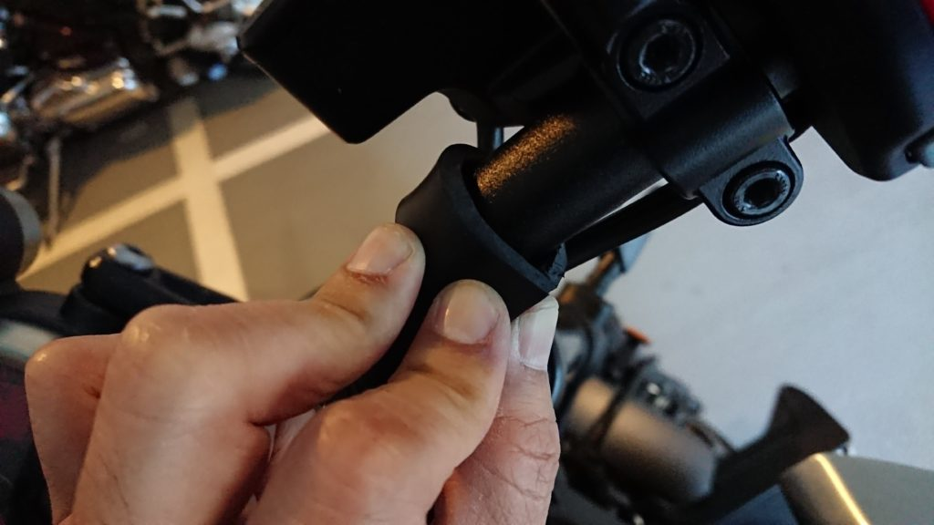 Φ22mmのハンドルに5mmのゴム板を巻き付ければΦ32mmになりますよね。