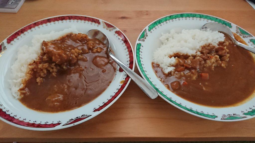 左がココイチのビーフカレー、右がポークカレー(ともにレトルト)。