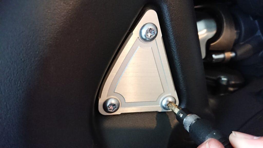 VMAXの三角プレートはトルクスネジで留められています。