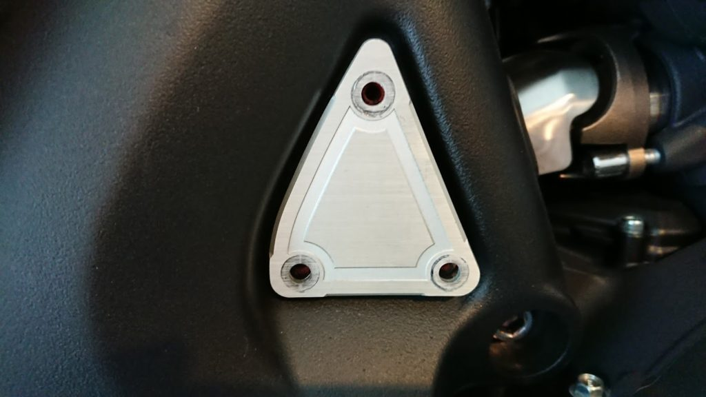 ボルトを抜いてもVMAXの三角プレートが外れません。