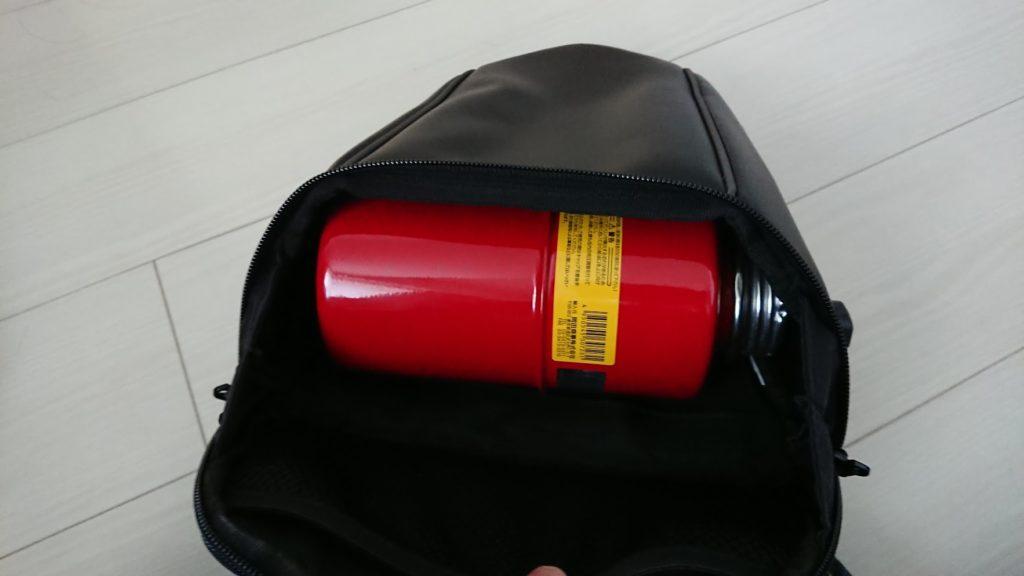 ヘンリービギンズ「DH-708シートバッグ」には、ガソリン携行缶が横にしても入る。