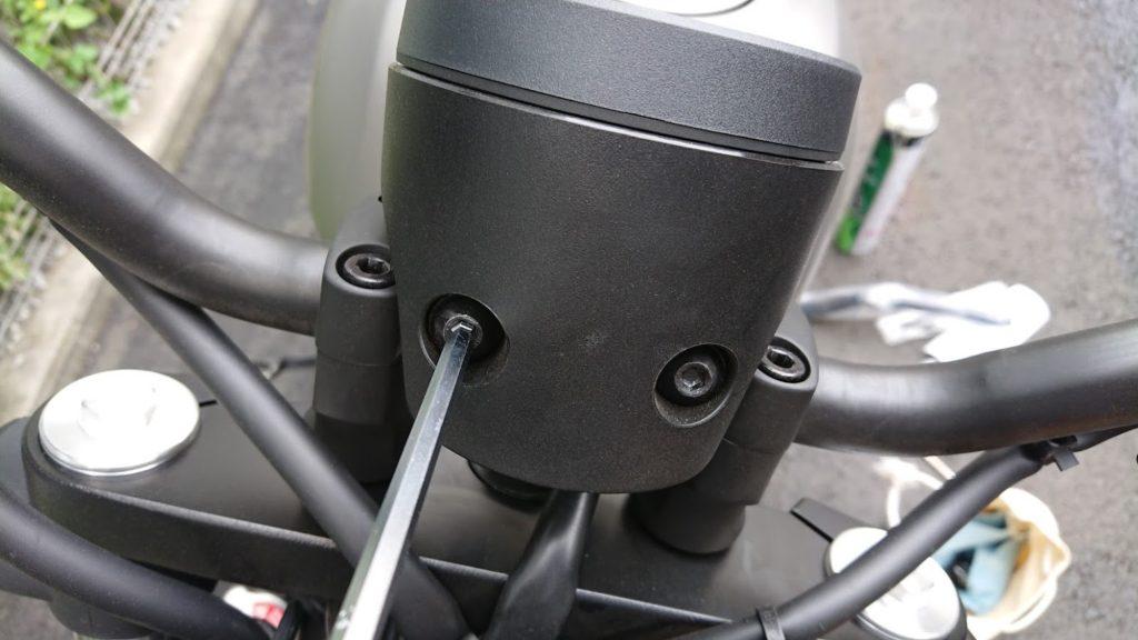 レブル250のハンドル交換前にメーターを外す。