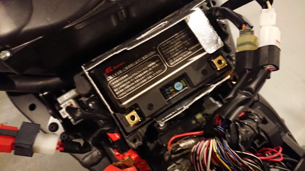 岡田商事「AZバッテリー ITZ14S-FP」をV-MAXに装着。