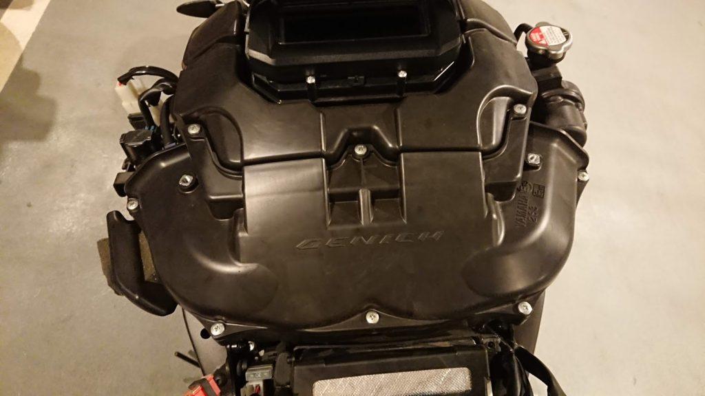 V-MAXのエアクリーナーボックスには8つのボルトが。