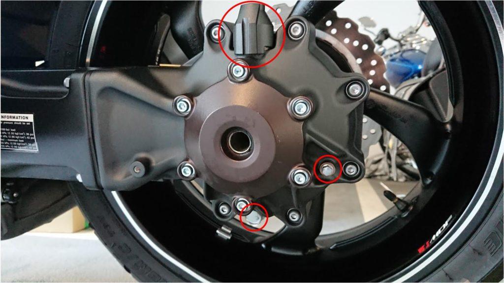 V-MAXのドライブシャフトオイル交換は3つのボルトを外す。