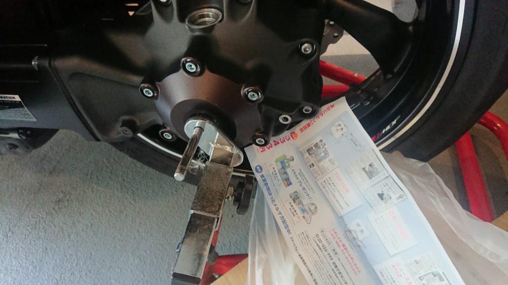 ドライブシャフトオイルの点検口に紙で受け皿を作る。