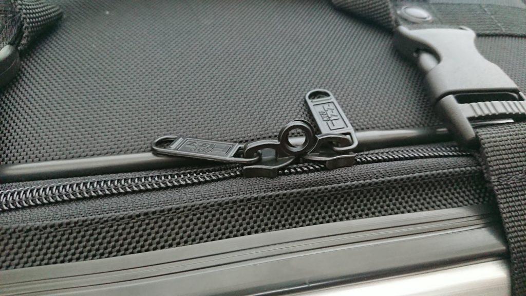 TANAX「ツアーシェルケース2」のファスナーには盗難防止用の南京錠を付けられる穴が。