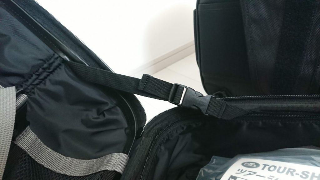 TANAX「ツアーシェルケース2」の内側にはフタの開き具合を調節するベルトが。