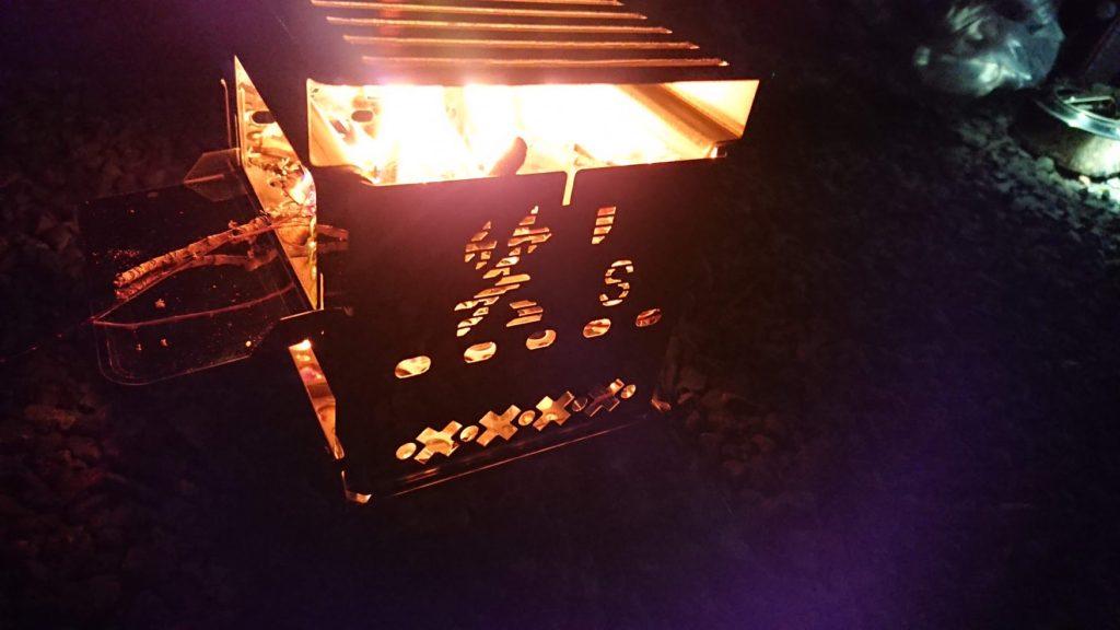 笑's コンパクト焚き火グリル 「B-6君」の浮かび上がるロゴ。