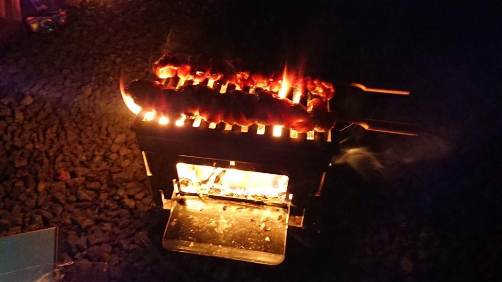 笑's コンパクト焚き火グリル 「B-6君」で焼き鳥を調理。