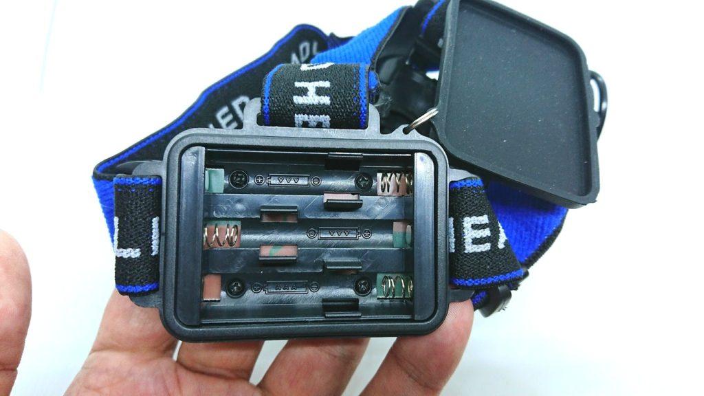 ノーブランドヘッドライトは単4電池3本使用。