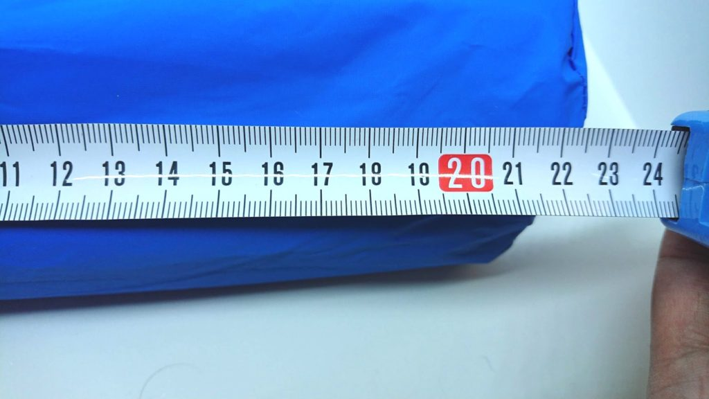 ノーブランドの「エアーピロー付きキャンプマット」は長さ22.5cm。