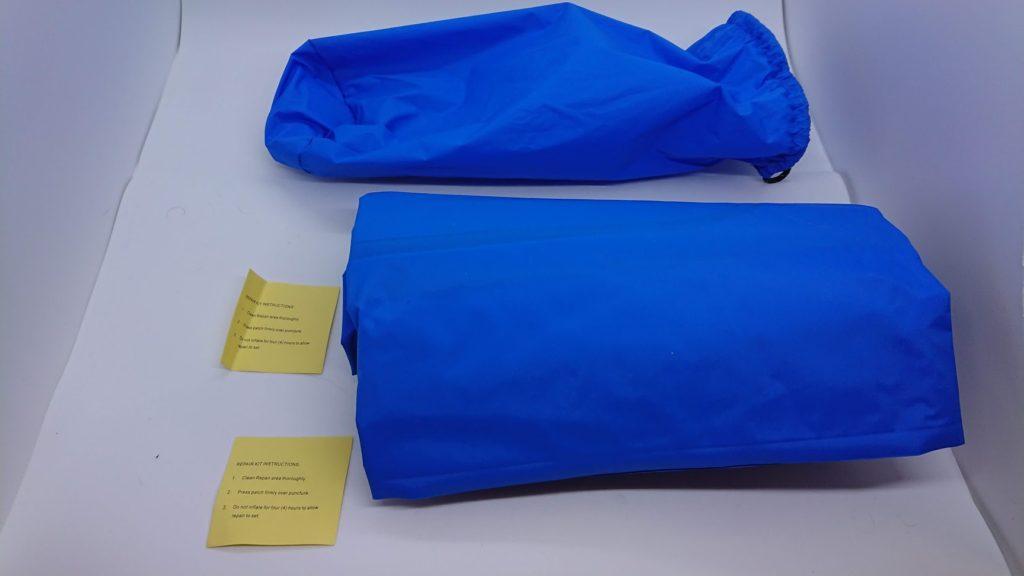 ノーブランドの「エアーピロー付きキャンプマット」にはパンク修理剤2枚付き。