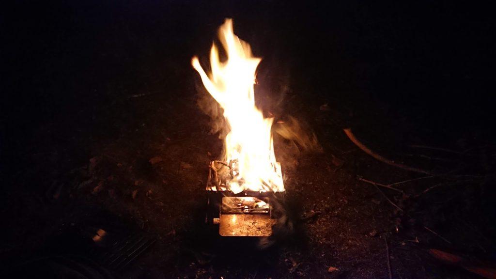 轟々と燃える焚き火。