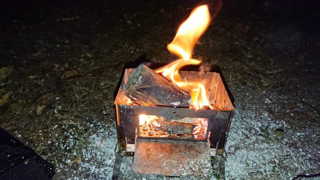 太い生木はなかなか燃えない。