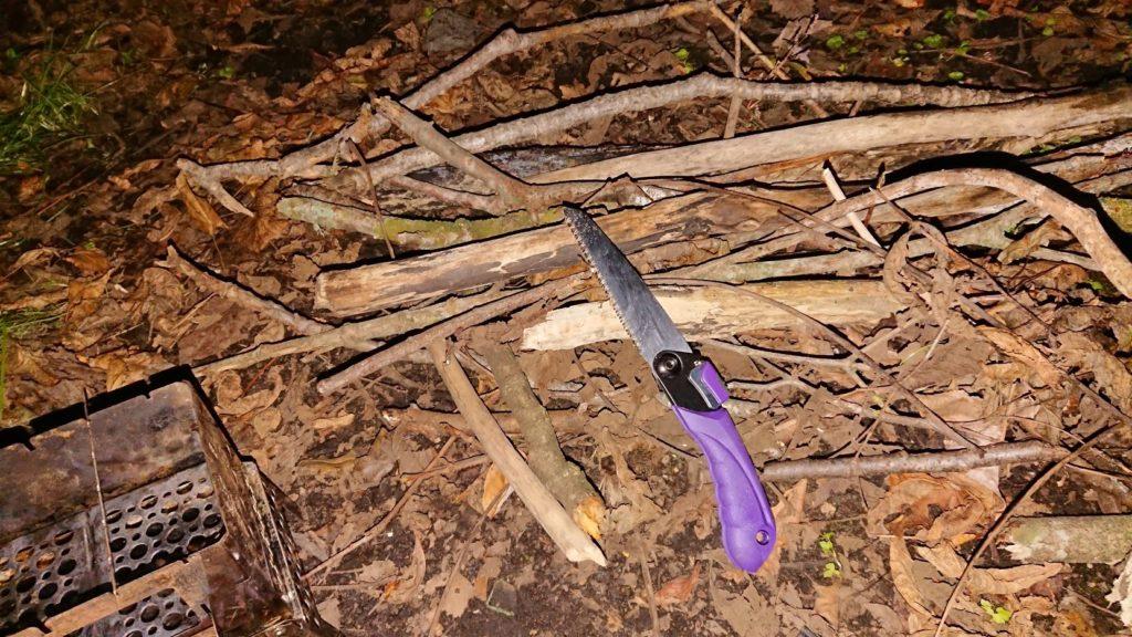 高儀「替刃式折込鋸 万能目」で木の枝をカット。