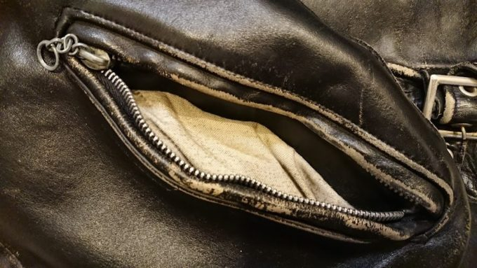Schott「641」のポケット内張りは白。
