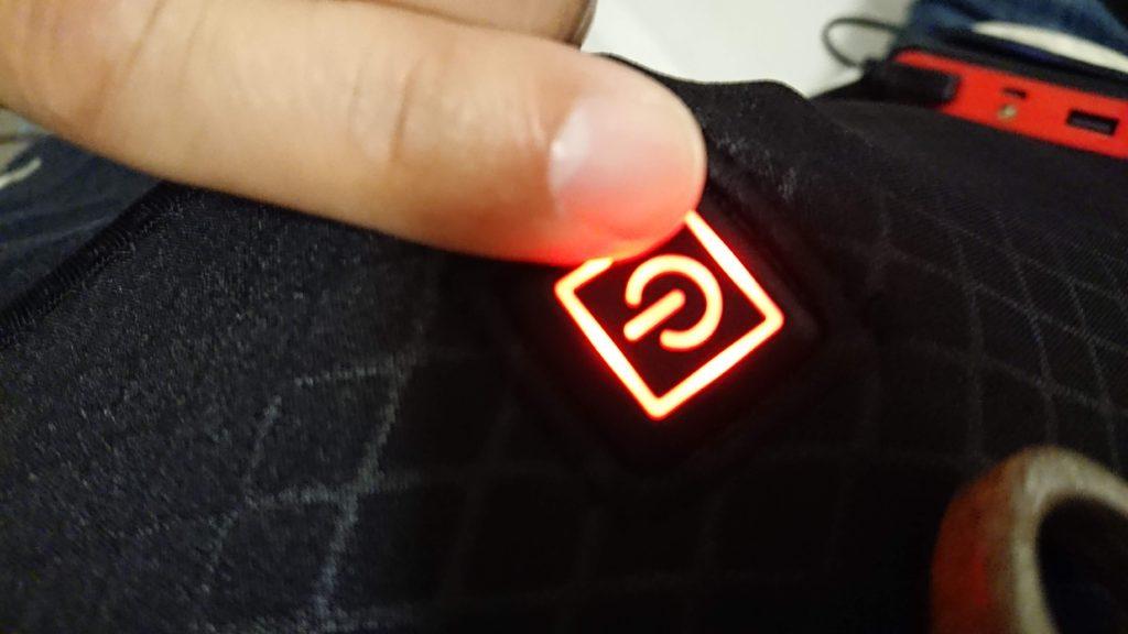 KAROPADE「電熱ベスト」はボタン長押しで電源オン。