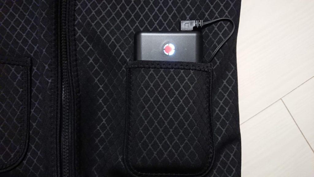 KAROPADE「電熱ベスト」のポケットに収まるPoweradd「Pilot X7」。