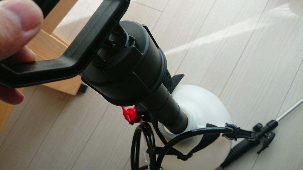 工進 「ミスターオート 蓄圧式噴霧器 HS-401E」にポンプを差し込む。