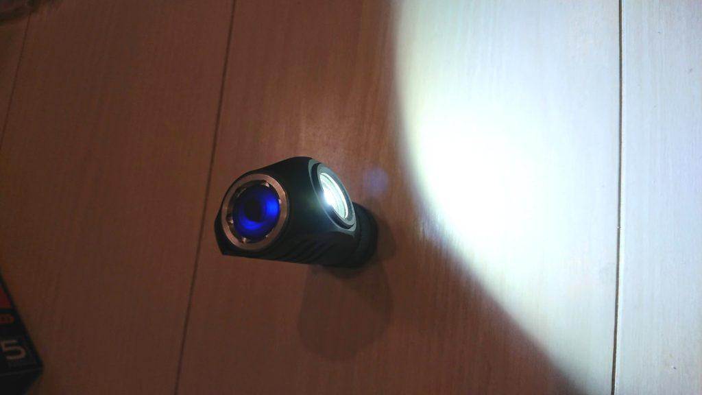 Manker「E04」を点灯したところ。