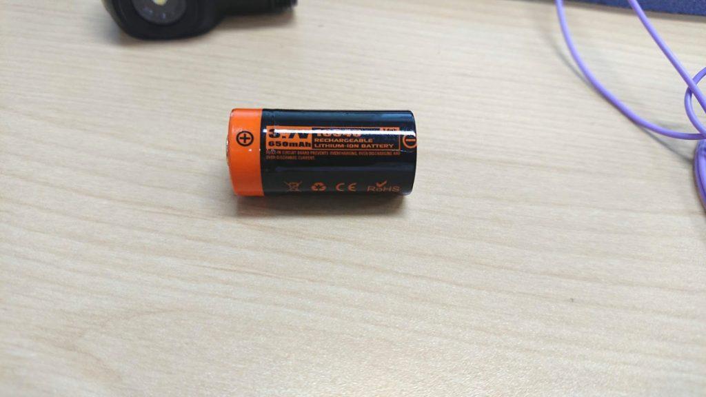 Manker「E04」の付属充電池。