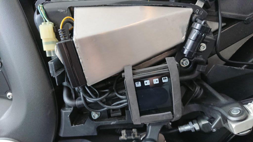 VSYSTO P6Fの本体をサイドカバーにセットしたところ。