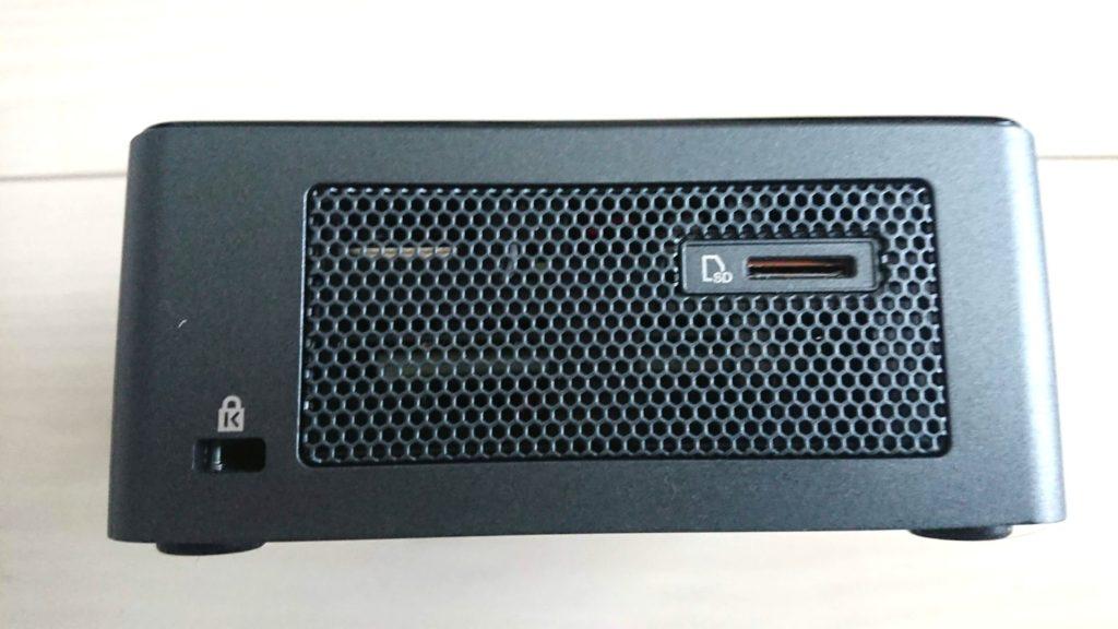 Intel「NUC8i5BEH」の側面。
