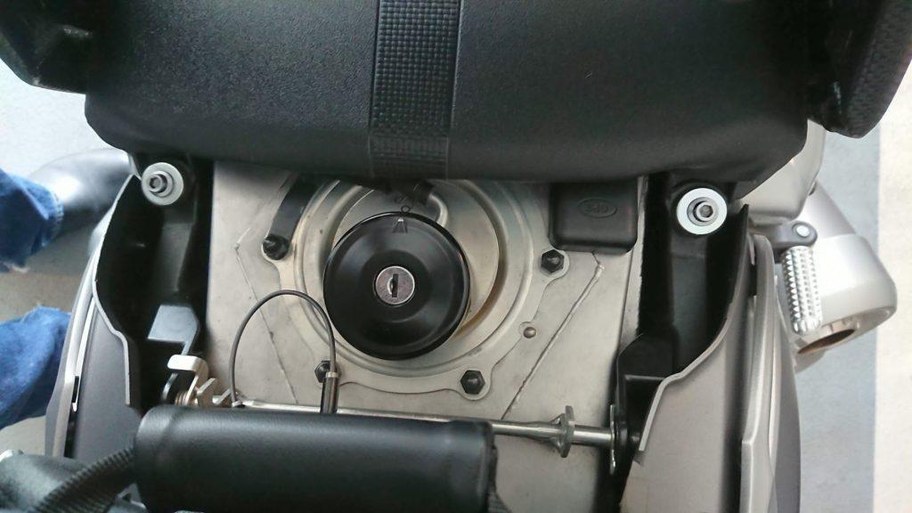 VSYSTO「GPSトラッカー」は給油口の横に。
