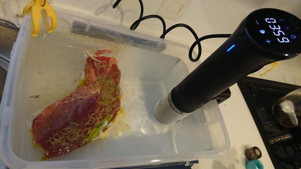 Anova Nanoの設定湯温になったら牛肉投入。