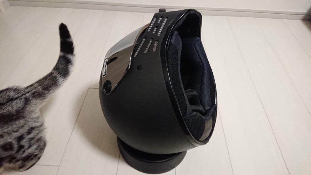 NOLAN「ヘルメットメンテナンス リング」にヘルメットを置いたところ。
