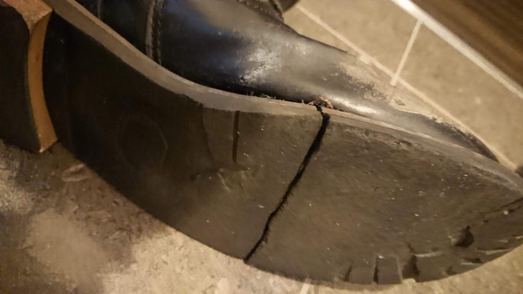 1年履いたらソールが割れた安物ブーツ。