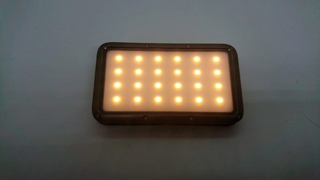 LUMENA「LUMENA2」の電球色(3000K)点灯。