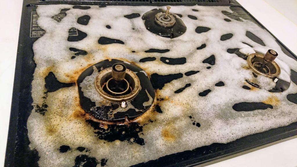 アズマ工業「アズマジック油汚れ洗剤」で汚れが浮き出してきた様子。
