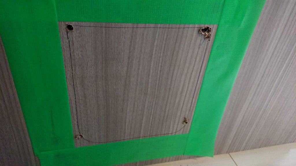 CEESC「4WAY ペットドア」のために、養生テープを貼る。
